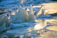 Vormen van overzees ijs dichtbij de kust Stock Afbeelding