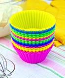 Vormen voor cupcakes met potholder op weefsel Royalty-vrije Stock Afbeeldingen