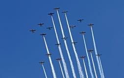 Vorming die bij EAA AirVenture in Oshkosh vliegen Stock Afbeeldingen