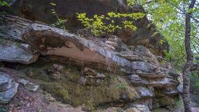Vorming van rotslagen aan kant van heuvel stock fotografie