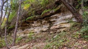 Vorming van rotslagen aan kant van heuvel royalty-vrije stock afbeeldingen
