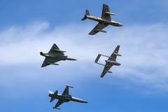 Vorming van vroegere Swiss Air-kracht straaldievliegtuigen van een de Havilland-Vampier, een Venter Hunter, Northrop F-5 en Dassa stock afbeeldingen
