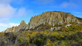 Vormingen van de de toppenrots van Clay Cliff de lange in Omarama stock foto's