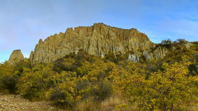 Vormingen van de de toppenrots van Clay Cliff de lange in Omarama stock afbeelding
