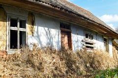 Voroblevychi by, Drohobych, västra Ukraina - Oktober 14, 2017: Ett gammalt övergett hus, lantligt liv, serie runt om byn Arkivfoto