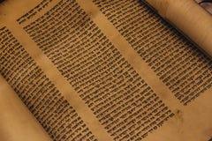 Voronež, Russia, CIRCA 2018: Rotolo scritto a mano religioso ebraico della pergamena di Torah fotografie stock