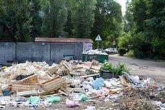 Voronež, Russia - 18 giugno 2019 Discarica in una zona residenziale Rimozione prematura Il concetto di guasto del fotografia stock libera da diritti