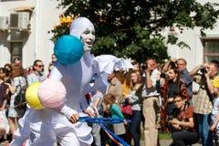 Voronež, Russia: 12 giugno 2016 Parata dei teatri della via un giorno soleggiato fine Divertimento, gioia fotografia stock libera da diritti