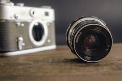 Vorone? la Russia vecchia macchina fotografica sovietica d'annata del 2 aprile 2019 con la lente su fondo di legno immagine stock libera da diritti