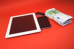 Vorone?, Russia - 30 aprile 2019: Cellulare di iPhone di Apple che mette sulle fatture dei dollari Illustrazione del Apple Inc ?  immagini stock
