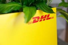 Vorone?, Russia - 25 maggio 2019: Busta con il logo di DHL vicino alla pianta DHL ? una societ? internazionale per la consegna pr fotografia stock libera da diritti