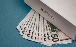 Vorone? Russia - possono 3, 2019 Illustrazione del Apple Inc logo e cinquanta banconote in dollari sui precedenti blu fotografia stock