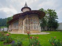 Voronet修道院被绘的教会在摩尔达维亚 免版税库存图片