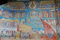修道院Voronet。被绘的外墙细节。 免版税库存图片