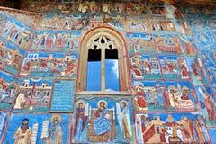 在Voronet修道院的墙壁上的壁画门面 库存照片