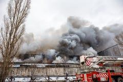 Voronezh, Ρωσία - 25 Δεκεμβρίου: Η πυρκαγιά σε μια βιομηχανική αποθήκη εμπορευμάτων στην οδό Lantenskaya, λάστιχο καίει, μέρη του Στοκ Εικόνες