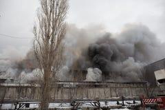 Voronezh, Ρωσία - 25 Δεκεμβρίου: Η πυρκαγιά σε μια βιομηχανική αποθήκη εμπορευμάτων στην οδό Lantenskaya, λάστιχο καίει, μέρη του Στοκ φωτογραφίες με δικαίωμα ελεύθερης χρήσης
