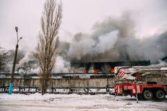 Voronezh, Ρωσία - 25 Δεκεμβρίου: Η πυρκαγιά σε μια βιομηχανική αποθήκη εμπορευμάτων στην οδό Lantenskaya, λάστιχο καίει, μέρη του Στοκ εικόνα με δικαίωμα ελεύθερης χρήσης