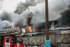 Voronezh, Ρωσία - 25 Δεκεμβρίου: Η πυρκαγιά σε μια βιομηχανική αποθήκη εμπορευμάτων στην οδό Lantenskaya, λάστιχο καίει, μέρη του Στοκ Φωτογραφία