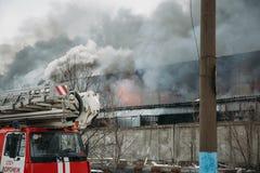 Voronezh, Ρωσία - 25 Δεκεμβρίου: Η πυρκαγιά σε μια βιομηχανική αποθήκη εμπορευμάτων στην οδό Lantenskaya, λάστιχο καίει, μέρη του Στοκ φωτογραφία με δικαίωμα ελεύθερης χρήσης