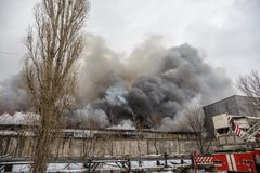 Voronezh, Ρωσία - 25 Δεκεμβρίου: Η πυρκαγιά σε μια βιομηχανική αποθήκη εμπορευμάτων στην οδό Lantenskaya, λάστιχο καίει, μέρη του Στοκ Εικόνα