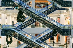 Voronezh, Ρωσία - 14 Δεκεμβρίου 2017: Σύγχρονη εμπορική λεωφόρος Στοκ Εικόνες