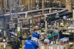 Voronezh, Federação Russa - 15 de fevereiro de 2018: Produção de cerveja na fábrica Baltika da cerveja de Voronezh Fotografia de Stock