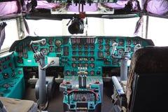 VORONEZH, RÚSSIA - 28 DE AGOSTO DE 2013: Interior da cabina do piloto do avião IL-76M da carga Imagens de Stock Royalty Free