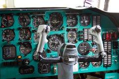 VORONEZH, RÚSSIA - 28 DE AGOSTO DE 2013: Interior da cabina do piloto do avião IL-76M da carga Fotografia de Stock Royalty Free