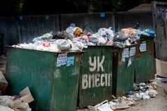 Voronezh Rosja, Czerwiec, - 18, 2019 Pojemniki na śmiecie przelewa się z gruzami i odpady Nie w porę usunięcie Wielka inskrypcja  zdjęcie stock