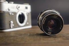 Voronezh Rosja 02 2019 Kwiecie? starego rocznika sowiecka kamera z obiektywem na drewnianym tle obraz royalty free