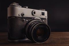 Voronezh Rosja 02 2019 Kwiecie? starego rocznika sowiecka kamera z obiektywem na drewnianym tle fotografia royalty free