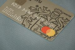 VORONEZH, ROSJA - mogą 09, 2019: Zapłaty Tinkoff banka karciane karty MasterCard i Wizujący kłaść na czarnym tle w górę kredyt zdjęcia royalty free