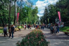 Voronezh Rosja, Wrzesień, - 08, 2017: Ludzie chodzą przy parkowym Dinamo Obrazy Royalty Free
