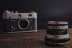 Voronezh Rusia c?mara sovi?tica del viejo vintage del 2 de abril de 2019 con la lente en fondo de madera imagen de archivo