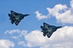 VORONEZH, RUSIA - 25 DE MAYO DE 2014: Dos nuevos combatientes rusos de la quinta generación T-50 Foto de archivo libre de regalías