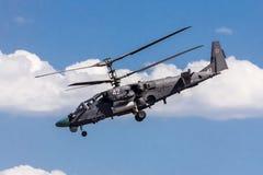 VORONEZH, RUSIA - 25 DE MAYO DE 2015: Los militares rusos combaten el cocodrilo de Kamov Ka-52 del hellicopter en el airshow Foto de archivo