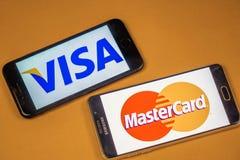 VORONEZH, RUSIA - 3 pueden, 2019: Logotipo de la visa y logotipo de Mastercard en dos diversos tel?fonos imagenes de archivo