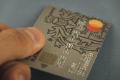 VORONEZH, RUSIA - pueden 09, 2019: Tarjetas de banco de Tinkoff de la tarjeta del pago Mastercard y visa que pone en el primer ne imagen de archivo