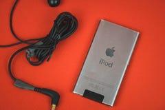VORONEZH, RUSLAND - 30 april, 2019: Nieuwe audiodiespeler iPod en hoofdtelefoons in de eerste dag na het kopen worden uitgepakt G stock fotografie
