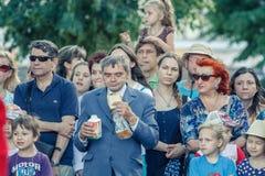 Voronezh, Rusland: 12 juni, 2015 Parade van straattheaters op de hoofdstraat van de stad royalty-vrije stock afbeelding