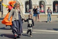 Voronezh, Russie : Le 12 juin 2015 Défilé des théâtres de rue sur la rue principale du CIT image stock