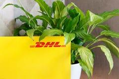 Voronezh, Russie - 25 mai 2019 : Enveloppe avec le logo de DHL pr?s de l'usine DHL est une soci?t? internationale pour la livrais image stock