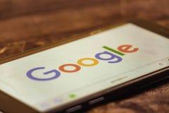 voronezh Russische Federatie - kan 3, 2019: Google-embleem op het smartphonescherm Google is een Amerikaanse technologie en de on stock foto's