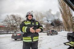 Voronezh, Russland - 25. Dezember: Feuer in einem industriellen Lager auf Lantenskaya-Straße, Gummi brennt, viele Rauch und Flamm Stockfotos