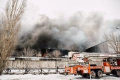 Voronezh, Russland - 25. Dezember: Feuer in einem industriellen Lager auf Lantenskaya-Straße, Gummi brennt, viele Rauch und Flamm Lizenzfreies Stockfoto