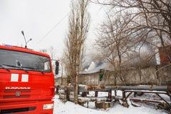 Voronezh, Russland - 25. Dezember: Feuer in einem industriellen Lager auf Lantenskaya-Straße, Gummi brennt, viele Rauch und Flamm Lizenzfreies Stockbild