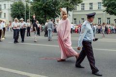 Voronezh, Russland: Am 12. Juni 2015 Parade von Straßentheatern auf der Hauptstraße der Verdichtereintrittslufttemperat lizenzfreies stockbild