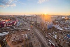 Voronezh, Russland - 24. März 2017: Abend Voronezh-Stadtbild von der Dachspitze Sonnenuntergang in Leninskiy-Aussicht Lizenzfreie Stockbilder