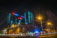 Voronezh Ryssland - 12 April 2018: Nattfoto av hotellet Marriot som lokaliseras i centrum av den Voronezh staden Arkivfoto